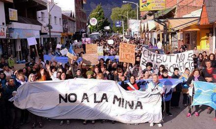 Miles de esquelenses marcharon contra la minería y repudiaron a tres diputados