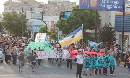 4/dic/14 – Marcha IV: En Trelew hubo una nutrida marcha contra el fraude de la ley de las mineras