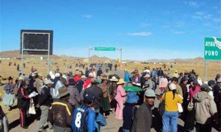 Comuneros de Puno y mineros enfrentados por colocación de tranquera