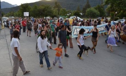 4/dic/14 – Marcha VII: Vecinos de la Comarca Andina marcharon repudiaron el fraude político-minero