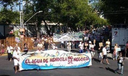 Opositores a la minería y gremios estatales reclamaron pacíficamente en el Carrusel