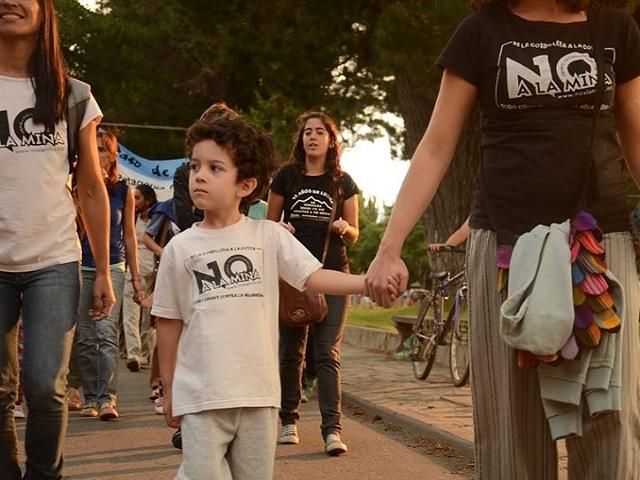 """""""Somos bosque"""" en la nutrida marcha por el NO A LA MINA"""