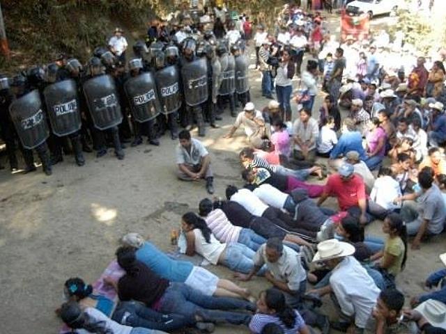 Pobladores bloquean ingreso a mina El Tambor a un año de la represión