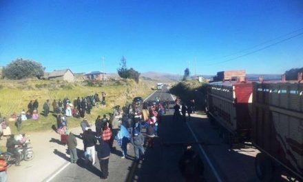 Puneños de Pomata bloquean la carretera exigiendo cancelación de la minería