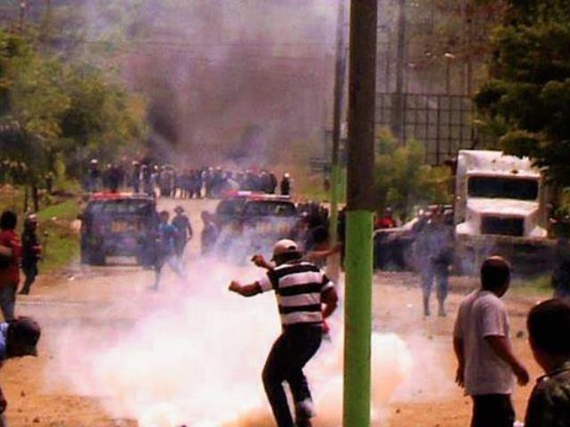 Policía dispersa a manifestantes que reclamaban frente a mina de níquel: un muerto