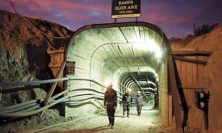 Minera Santa Cruz despidió a 20 obreros por «insuficiencia económica» y enfrenta paro