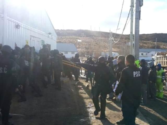 """Desalojaron y detuvieron a obreros de minera """"Santa Cruz"""""""