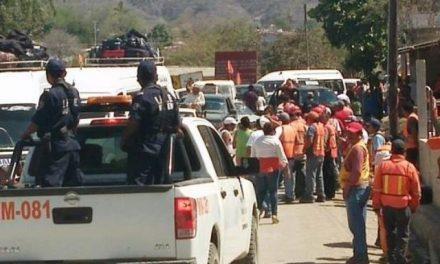Pescadores bloquean camino a minera Media Luna