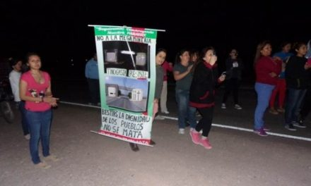 Los camiones mineros de paso por Tinogasta y el pueblo rechazándolos en la noche del domingo