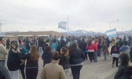 Más de 400 personas cortaron ingreso a Veladero en Tudcum