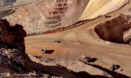 Cinco mineras paralizan su actividad en Chile