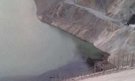 Apareció una mancha oscura en dos diques sanjuaninos, la población teme que sea de la minería