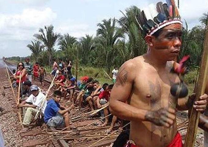 Minera admite que otros diques pueden romperse mientras indígenas cortan vía férrea