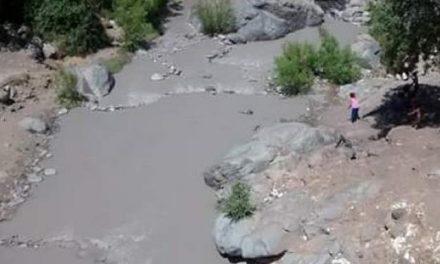Recomiendan evitar bañarse y suspender el riego tras derrame minero de AngoAmerican