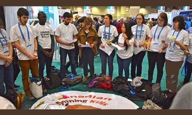 """Protesta en la convención minera de Toronto: """"La minería canadiense mata"""""""