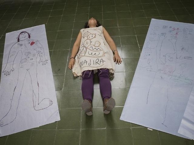 Niños indígenas dibujan los efectos de la minería en sus cuerpos