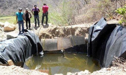 Rocas y líquidos de los lixiviados que arroja la minera Media Luna caen al río en Nuevo Balsas