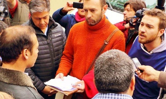 El gobernador de Neuquén tuvo que escuchar a representantes gremiales y vecinos que se oponen a la megaminería