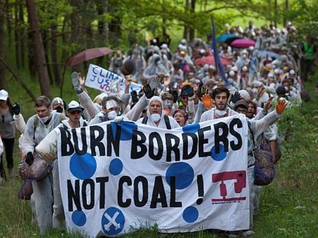Multitudinaria protesta contra la mayor mina a cielo abierto de lignito de Europa