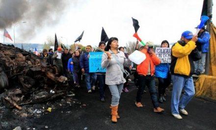 """Crisis ambiental en Chiloé: 5 mil toneladas de desechos salmoneros, la catástrofe y la """"marea roja"""""""