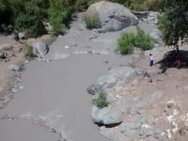 Confirman presencia de tóxicos en Río Colina tras derrame de minera Anglo American