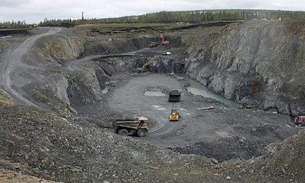 Minera se niega a reubicar ducto pese a denuncias por derrames en Manzanillo