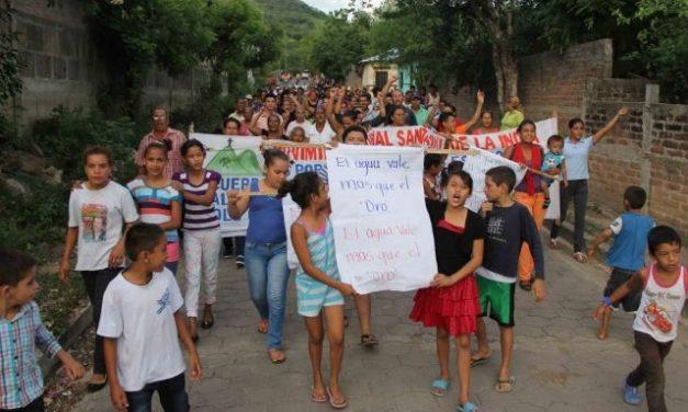 Desde el lunes que protestan contra minera que quiere reubicar a pobladores