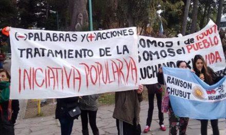 Vecinos de Rawson desfilaron en el bicentenario con el reclamo a favor de la Iniciativa Popular