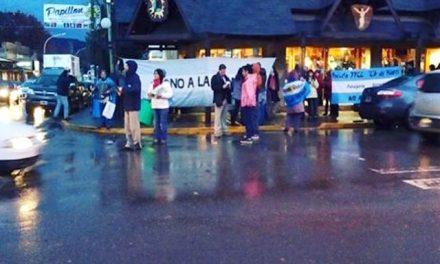 """Marcha y volanteada informativa bajo la lluvia en Esquel para """"frenar a las mineras para siempre"""""""
