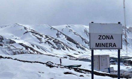 En medio de derrames y el rechazo social, avanzan nuevos proyectos mineros en zona periglacial