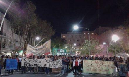 """Multitudinaria marcha en San Juan capital en repudio a un nuevo derrame de cianuro y por el """"cierre definitivo de Veladero"""""""