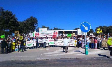 Centenares de personas gritan 'no' a la mina de uranio de Berkeley