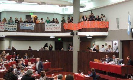 Reclamo a viva voz en la sesión legislativa por el tratamiento y aprobación de la Iniciativa Popular para prohibir la megaminería