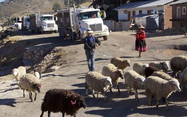 61eb3c29 Indígenas peruanos en lucha por el polvo minero sobre personas, cultivos y  pastos