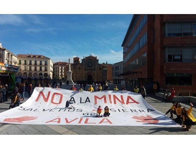 Gran pancarta contra la mina en Sierra de Ávila