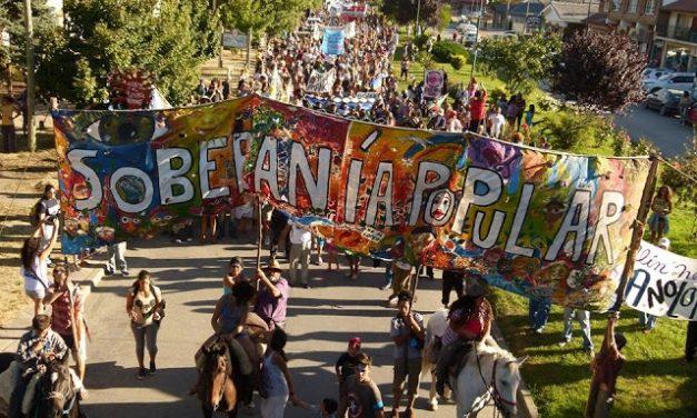 Otra imponente marcha de los vecinos de El Bolsón que continúan en defensa del Agua, la Vida y la Tierra