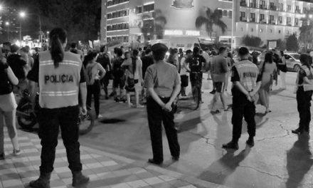 """Protesta """"Con Barrick no hay fiesta"""" bajo opertavio policial"""