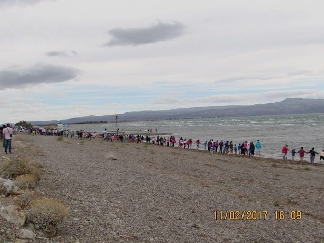 Una multitudinaria marcha abrazó el Lago Musters reclamando soluciones a la crisis hídrica
