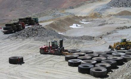 Acusan a minera Los Pelambres de no sacar todos los neumáticos y la escombrera tóxica sigue en pie