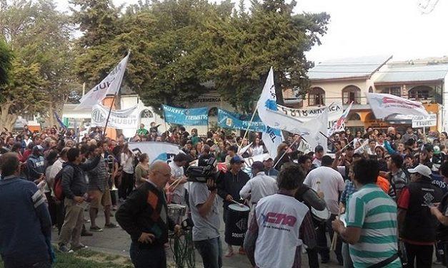 Marchó una multitud de trabajadores en Esquel y reclamó en Radio Nacional por la contratación de pro mineros