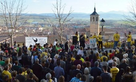 """Cientos de personas gritaron """"no a la mina"""" junto a muralla de Ávila"""