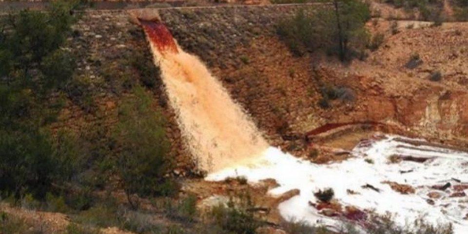 Torrentede aguas ácidas hacia el río Odiel desde una corta minera