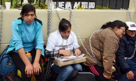Pobladores se encadenan en Lima para denunciar contaminación de mina de Pasco