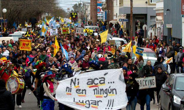 Una multitud marchó contra la instalación de una central nuclear en Patagonia