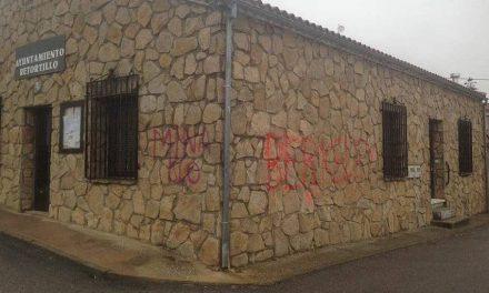 Aparecen pintadas contra de la mina de uranio en Ayuntamiento de Retortillo