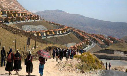 Indígenas de Perú reubicados por la minería rechazan la nueva ciudad