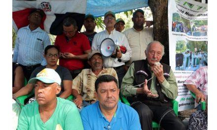 Campesinos contaminados llevan 32 días encadenados frente a mina de Barrick Gold
