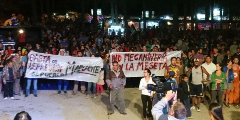 Protestas contra la minería y a favor del pueblo mapuche en fiesta del artesano de Epuyen