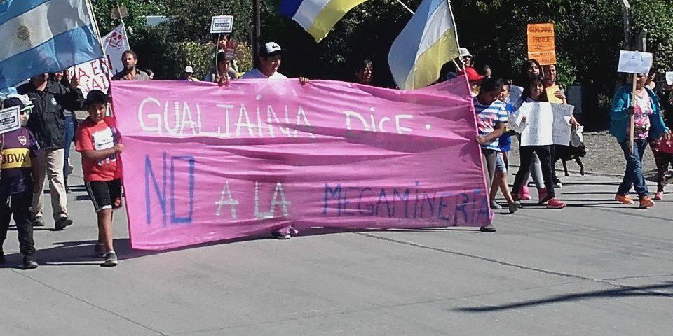 Vecinos de Gualjaina marcharon contra la minería y no encontraron al intendente