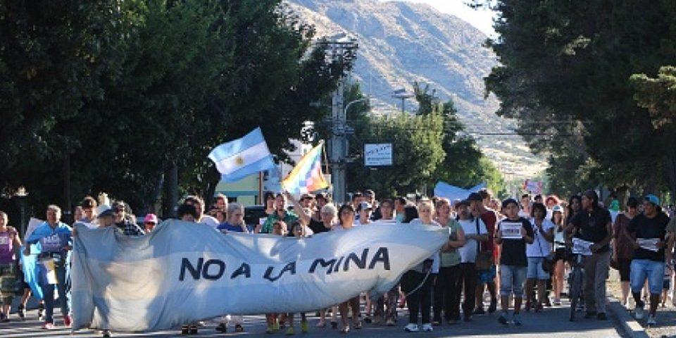 Contundente marcha en Esquel contra la minería y por la Iniciativa Popular